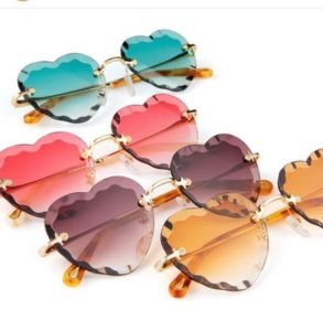 ▪️Chloé Rosie solaire ▪️ Chloé vous offre les audacieuses lunettes de soleil Rosie, dotées…
